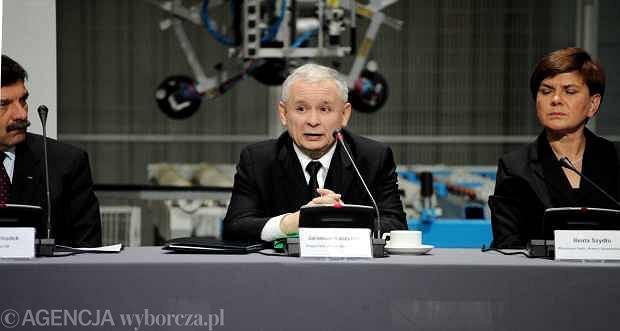 Jaros�aw Kaczy�ski podczas denaty gospodarczej PiS