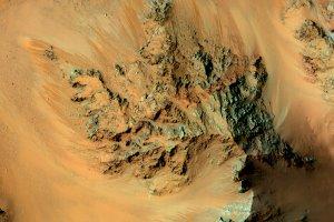 NASA ogłasza - na Marsie wciąż płynie woda