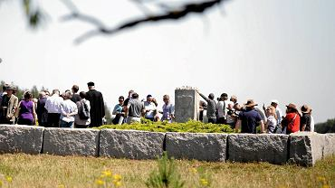Uroczyste obchody 76 rocznicy mordu na ludności żydowskiej. Modlitwa i składanie kwiatów pod pomnikiem w miejscu spalenia stodoły pełnej ludzi