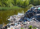 Szef kazał pracownikom wyrzucić 20 ton śmieci w lesie. Zatrzymała ich policja