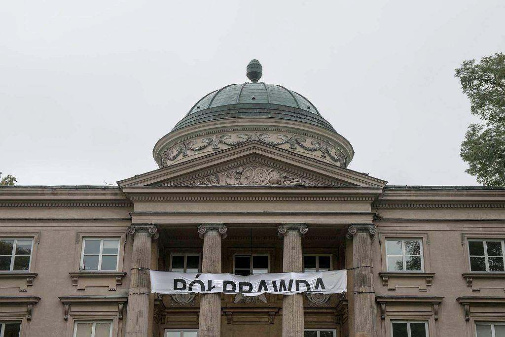 Część instalacji 'Półprawda / Half-Truth' bułgarskiego artysty Pravdoliuba Ivanova / BARTOSZ GÓRKA