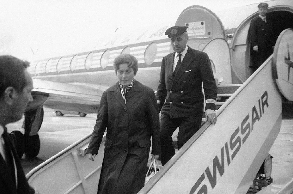 Zanim córce Stalina udało się dotrzeć do USA, trafiła do Szwajcarii. Na zdjęciu Alliłujewa wysiada z samolotu, którym z Rzymu dotarła do Genewy 11 marca 1967 r. (fot. Eastnews)