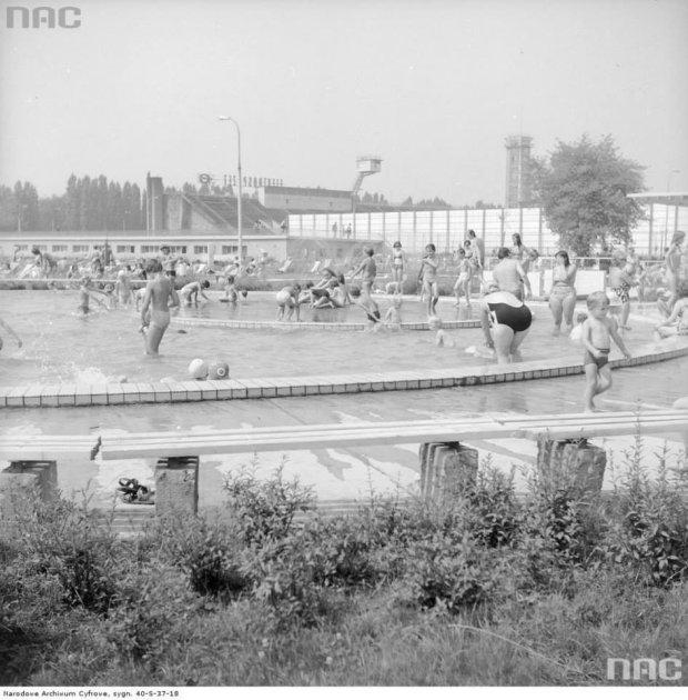 Kąpiący się na basenach RKS Skra przy ul. Wawelskiej 5 w Warszawie, 1975
