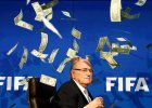 Skandal na konferencji FIFA. Blatter obrzucony dolarami