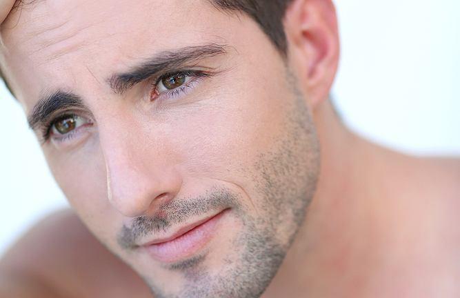 Coraz rzadsze włosy i powiększające się czoło oraz zakola są często przyczyną kompleksów