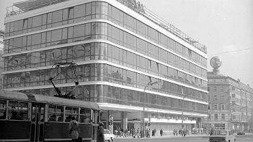 Widok ogólny budynku DH Smyk od strony narożnika u zbiegu ul. Kruczej i Alej Jerozolimskich w roku 1977