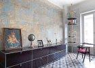 Odsłanianie historii. Przecierana ściana salonu, z której częściowo zeskrobano stare warstwy farby, ujawniła klimaty, jakie panowały kiedyś w tym wnętrzu. Przenikające się pastelowe tony tworzą iluzję perłowej poświaty.