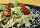 Pasta z sza�wiowo-orzechowym pesto i pieczonymi pomidorami