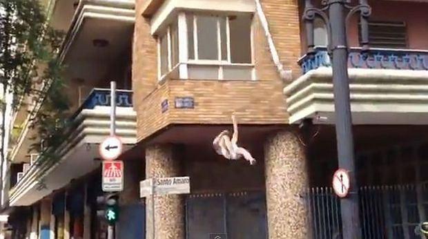 ucieczka przez okno, zdradzony mąż