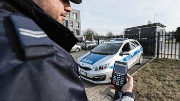 Za mandat kierowcy mogą już zapłacić kartą w radiowozie