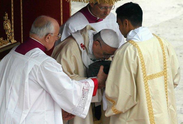 Franciszek pokazał wiernym relikwie św. Piotra