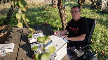 2015 r. Cezary Wodziński podpisuje świeżo wydane egzemplarze 'Braci Karamazow'