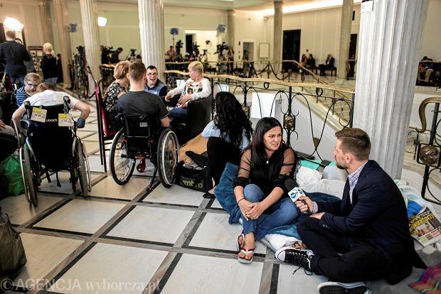 """""""Nie wiem, dlaczego akurat teraz"""". Posłowie odkurzą projekt Nowoczesnej w sprawie świadczeń dla niepełnosprawnych z 2016 r."""