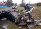 Mitsubishi uderzy�o w s�up. Dwie osoby s� ranne