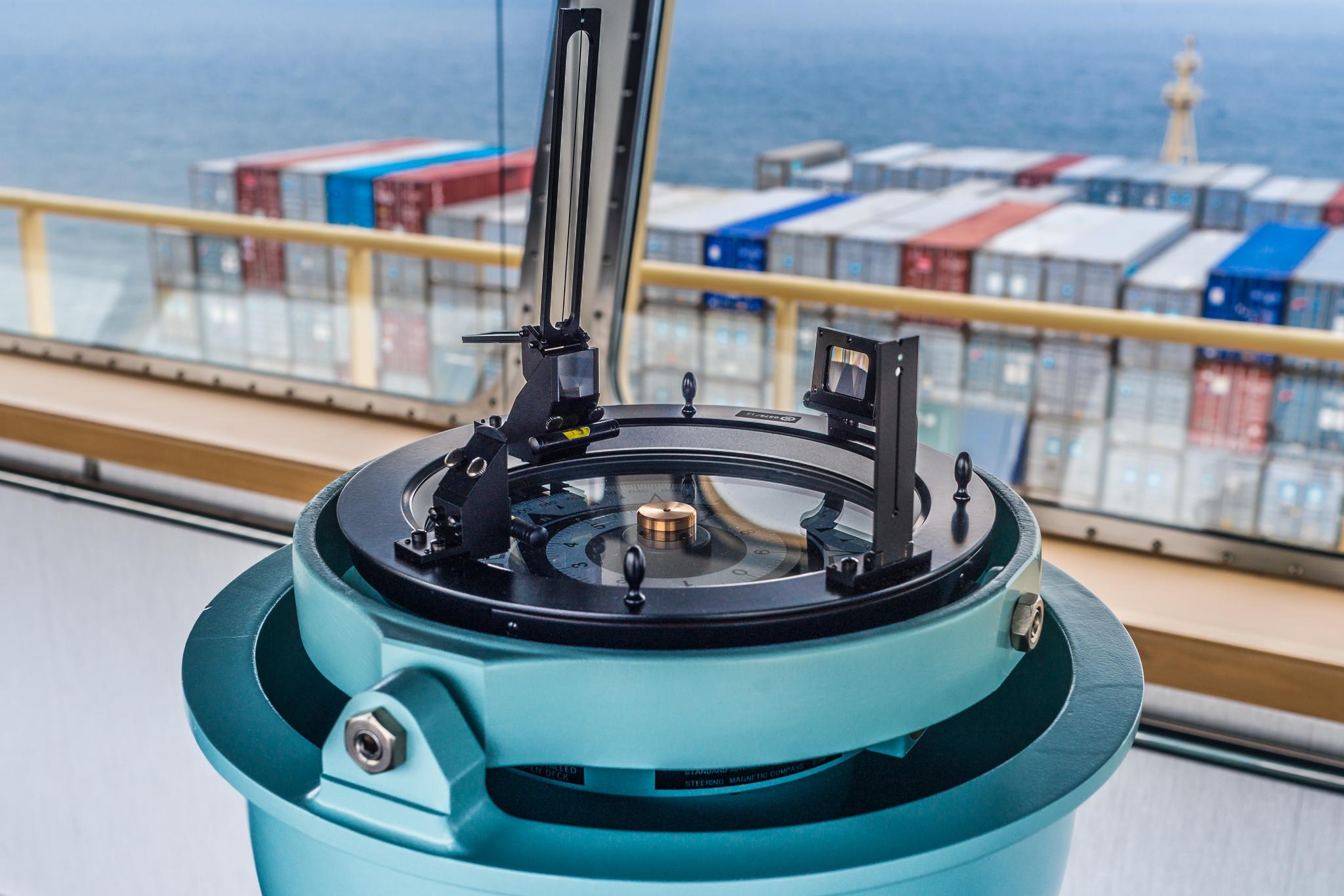 Busola okrętowa. Na mostku Mayview Maersk znajdują się trzy takie instrumenty, po jednym na każdą konsolę nawigacyjną (fot. Robert Urbaniak)