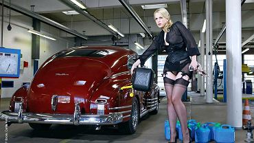 Pin-up girls i muscle cars