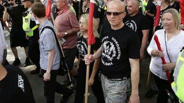 Nazistowska demonstracja w Londynie. Cz�� uczestnik�w w koszulkach z napisami po polsku