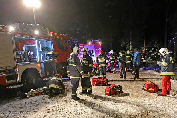 Wypadek busa pod Zakopanem. Pojazd dachowa�. Kilkana�cie os�b jest rannych