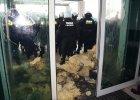 Policja o zamieszkach pod JSW: To by� atak na funkcjonariuszy. Zwi�zkowcy: Chcemy sejmowej komisji
