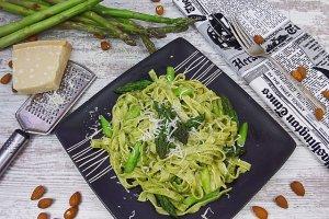 Makaron z bazyliowo - migda�owym pesto i szparagami