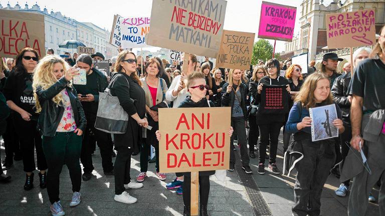 """Dlaczego kobiety id� strajkowa�? """"Bo ca�kowity zakaz aborcji to kpina..."""", """"Bo mam c�rk�..."""",  """"Bo potrzeba nam solidarno�ci..."""""""