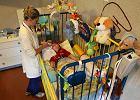 Chore dzieci zosta�y bez �rodk�w do �ycia. Bo wpad�y w luk� prawn�