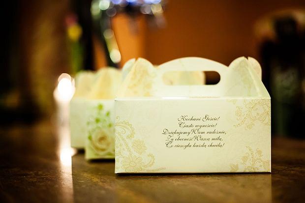 Podobna tendencja, jak w przypadku tortów, jest również w kontekście weselnych podarunków dla gości. Kiedyś były to tylko słodkie migdały. Później - porcelanowe figurki, dalej - słodycze.  Dzisiaj - najczęściej domowe (albo udające domowe!) przetwory - jak miody czy minisłoiczki z oliwkami.