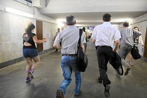 W�ciekli pasa�erowie biegaj� po peronach. Parali� kolei