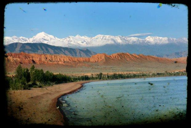Wok� jeziora Issyk Kul w Kirgistanie. Czym dzi� zachwyca topowy kurort ZSRR?