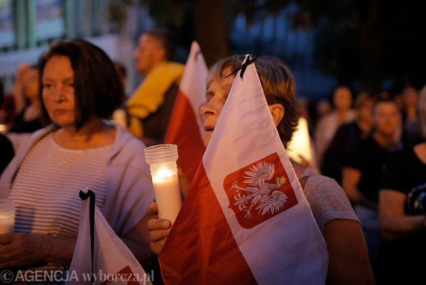 Zdjęcie numer 38 w galerii - Tłumy przed Sądem Okręgowym w Łodzi. Kolejny dzień protestów przeciwko zmianom PiS w sądownictwie [ZDJĘCIA]