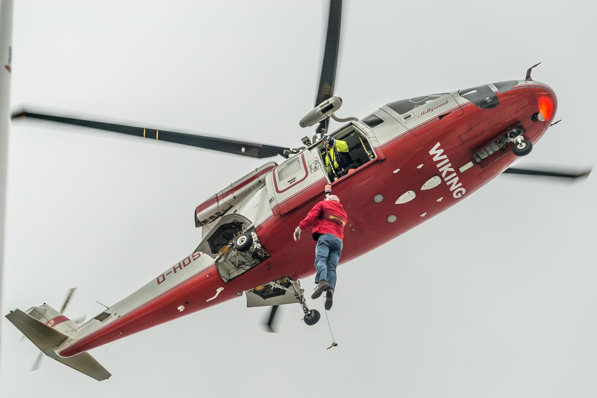 Śmigłowiec nadlatuje od strony rufy statku (fot. Robert Urbaniak)