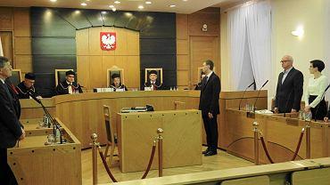 Trybunał Konstytucyjny nadał numer przejętej po PiS przez PO i PSL skardze na ustawę o TK i wyznaczył datę rozprawy na 3 grudnia. To znaczy, że w dotychczasowym składzie osądzi sprawę przed wejściem w życie nowelizacji.  Na zdjęciu: Trybunał ogłasza wyrok w sprawie kwoty wolnej od podatku, 28 października 2015 r.