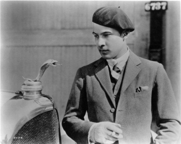 Rudolf Valentino i wężowa statuetka