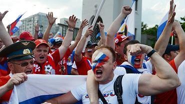 Rosyjscy kibice podczas Euro 2012 w Warszawie. Doszło do zamieszek z polskimi kibicami. Policja użyła gazu łzawiącego i armatek wodnych