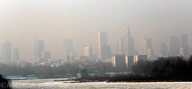 """Smog w Warszawie, a ratusz dorzuca do pieca. Miasto samo kupuje """"kopciuchy"""""""