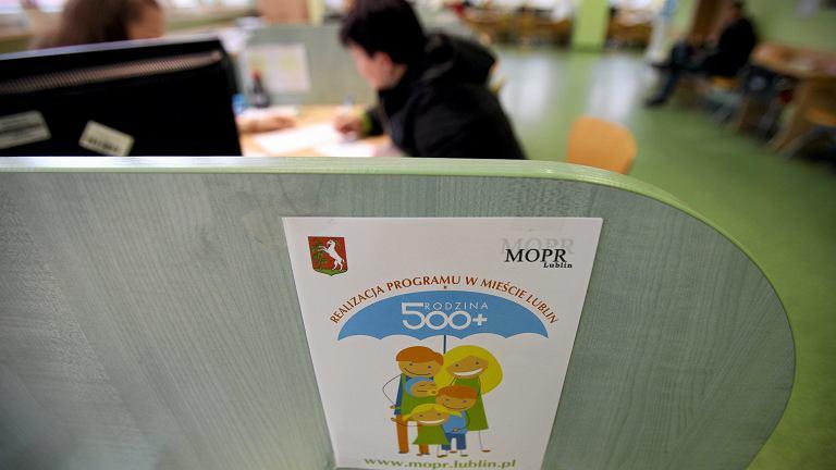 Sztandarowy projekt partii rządzącej: 'Rodzina 500 plus'. Rząd zlustruje samotne matki pod kątem praw do świadczenia. Na zdjęciu: pierwszy dzień składania wniosków, Urząd Miasta w Lublinie, 1 kwiecień 2016