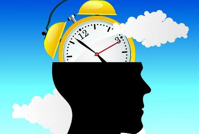 Nie tylko dosypianie, ale też nadmiernie długi sen może postarzać mózg - donoszą naukowcy