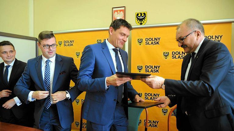 Minister sportu Adam Korol (w środku) oraz marszałek Cezary Przybylski (z prawej). Z lewej strony Jerzy Michalak, członek zarządu województwa