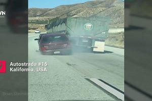 Ciężarówka wlokła za sobą mniejsze auto, które ''zgarnęła''. Kierowca nie zauważył. ''Jak to nie widziałeś?!''