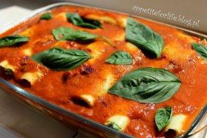 Lazania ze szpinakiem i serem feta, podawana z pysznym sosem pomidorowym