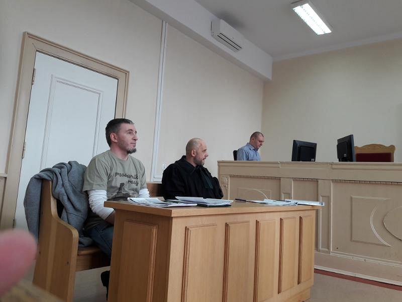 Proces Roberta Kolińskiego przed elbląskim sądem. Koliński z adwokatem Marcinem Wróblem