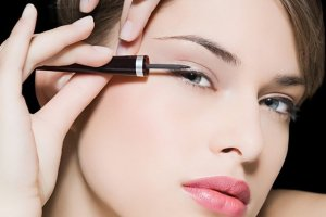 W płynie czy w kredce? Jaki eyeliner będzie dla ciebie najlepszy?