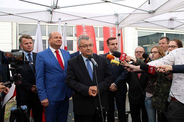 Minister Andrzej Adamczyk podczas uroczystości podpisania umowy