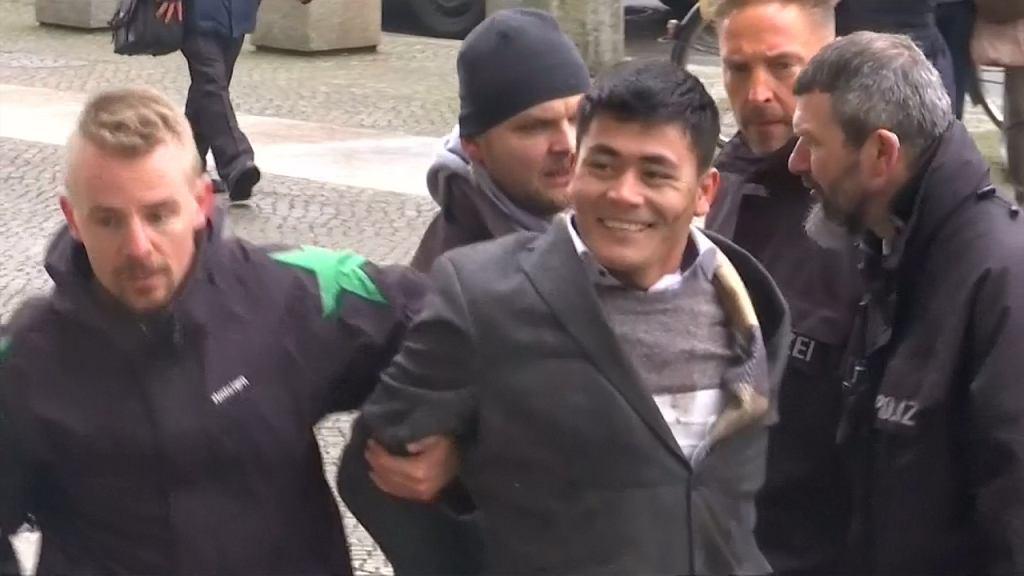 Chwilę po tym, jak obezwładniła go policja, mężczyzna zaczął się śmiać.