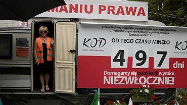 Aleksandra Hermanowska - Juziuk w przyczepie KOD przed KPRM