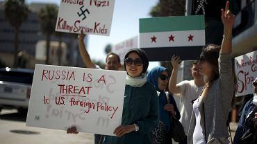 Protest przeciwko interwencji Rosji w Syrii przed rosyjskim konsulatem w Santa Monica w Kalifornii