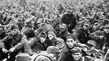 Kampania wrześniowa. Żołnierze polscy wzięci do niewoli po walkach nad Wisłą.