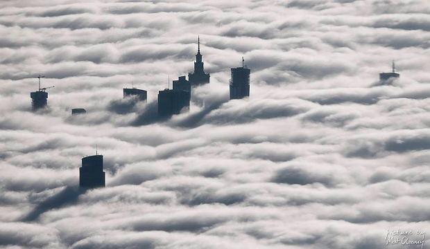 Mg�a widziana z samolotu. Niezwyk�e zdj�cia Warszawy