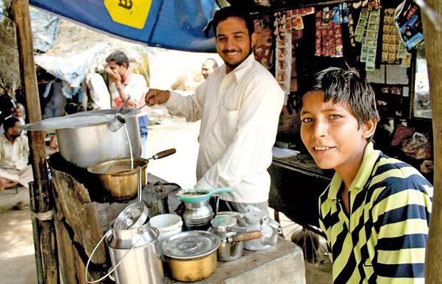 Indie - podróż po Radżasthanie, azja, podróże, Bar dworcowy kusił smakami zapachami i uprzejmym zainteresowaniem właścicieli