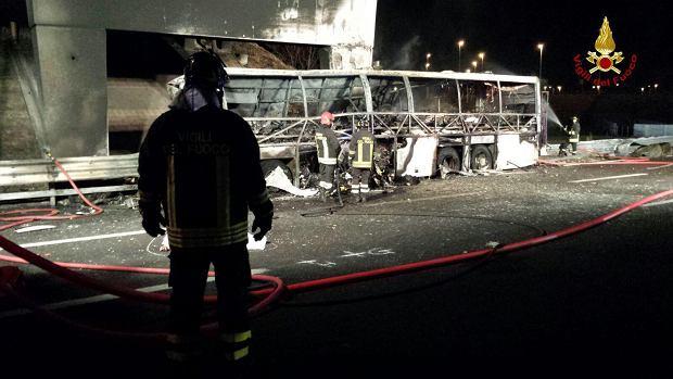 16 osób zginęło w wypadku autokaru z dziećmi. Pojazd zapłonął na włoskiej autostradzie